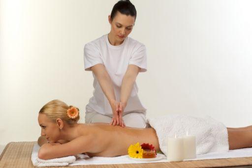 ベッドでエステの施術を受ける女性