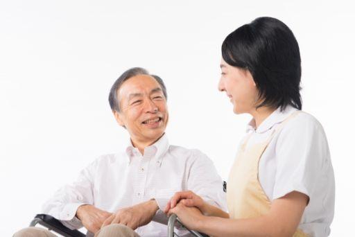 老人と話すセラピスト