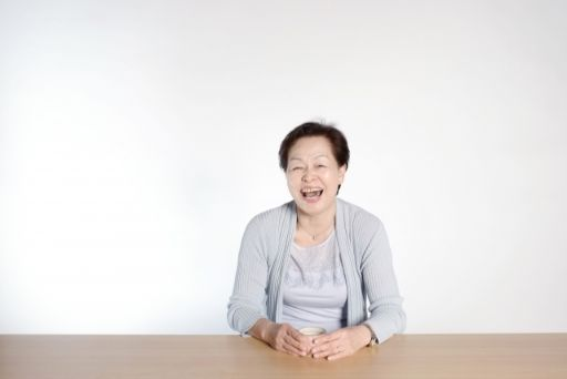 笑っている老人の女性