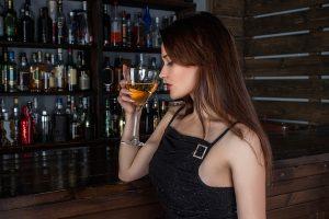 お酒を持った若い女性の横顔