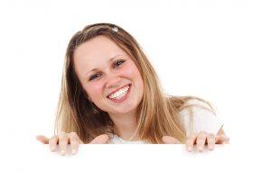笑みを浮かべ顔をのぞかせる女性