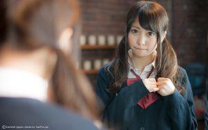 鏡を見るツインテールの女子高生
