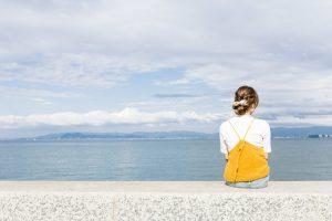 埠頭に座る女性
