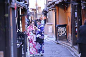 着物を着た二人の女性