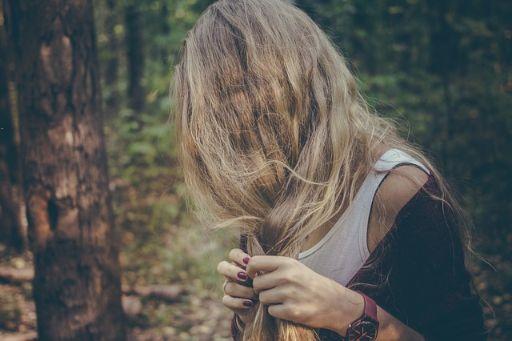 髪をほどく女性