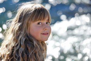 パーマヘアの女の子の画像