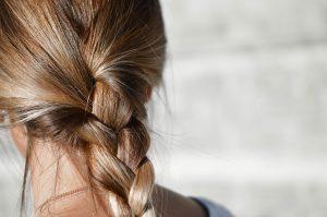 髪を結んだ女性の画像
