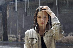 雨に打たれる女性の画像