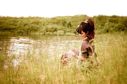 湖のほとりに座る女性