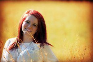 微笑んでいる若い女性