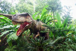 草の茂みから顔をだしている恐竜