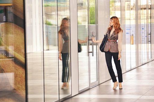 ドアを開けようとする女性