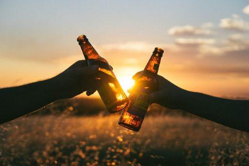 夕日を背景に乾杯