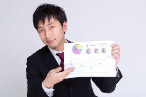 グラフを見せる男性