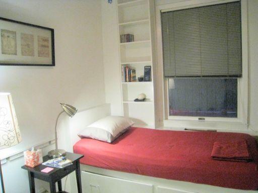 個室に赤いベッド