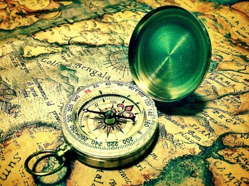 おしゃれな方位磁石と世界地図