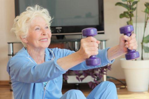 運動する高齢女性