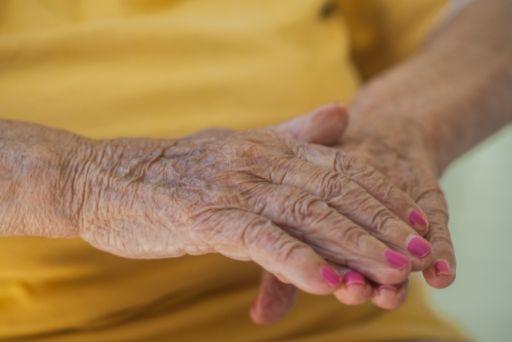 ネイルする高齢者の手