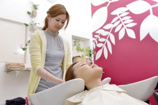 シャンプーをする女性美容師