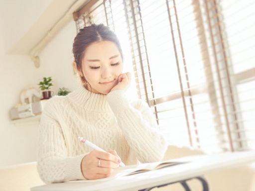 何を書くか考える女性