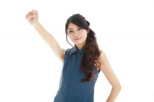 手を上げて気合を上げる女性