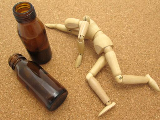 倒れる人形