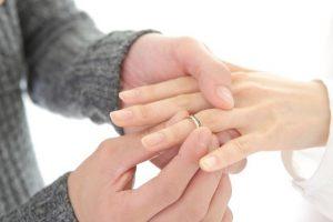 指輪をはめられている手