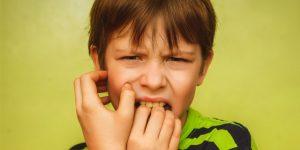 爪を噛む男の子