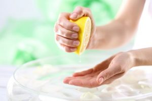 レモンを手に絞りだす様子
