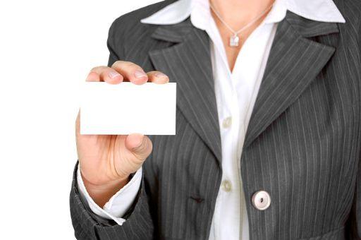 ビジネスカードを持つ女性