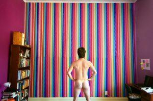 後ろ向きで立っている裸の男性