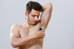 わき毛をそっている男性の画像