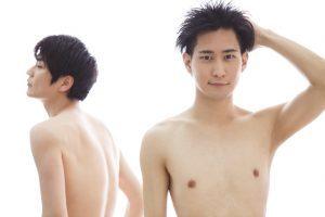 わき毛処理をしている男性の画像