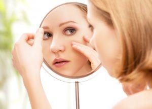 鏡の覗き込む女性