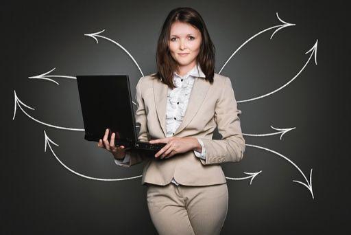 ノートPCをもって立つ女性