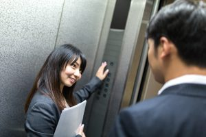 エレベーター内・男女
