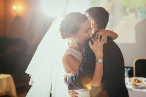 結婚式でハグする様子