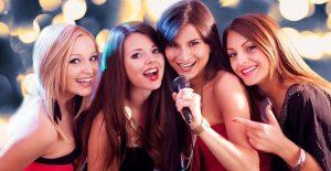 友人の女性たちが歌う