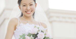 ウェディングドレスを着て微笑む女性
