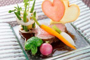 披露宴で提供される肉料理の見本