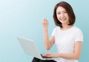 PCを触る女性