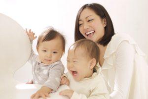 母親と子供が笑っている様子