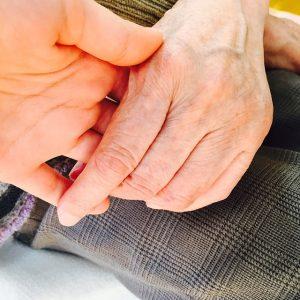おばあちゃんとの握手